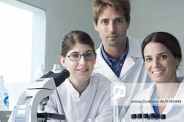 Wissenschaftlerteam im Labor  Portrait