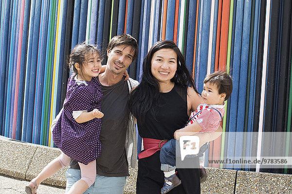 Familienstand vor bunt gestreifter Skulptur  La Defense  Paris  Frankreich