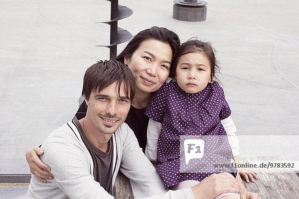 Familie im Freien sitzend  Portrait