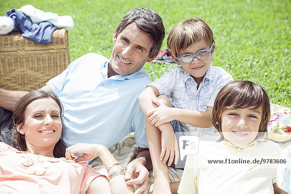 Familie entspannt sich gemeinsam im Freien