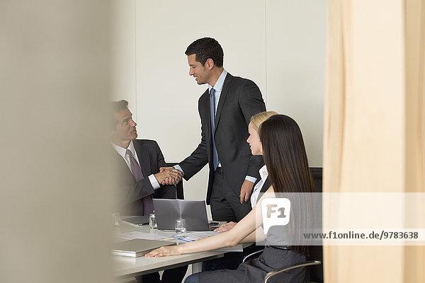 Executives Meeting im Konferenzraum  Blick durch den Eingang