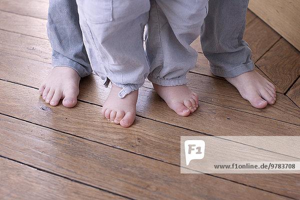 Nahaufnahme von Kinder- und Baby-Barfüßen