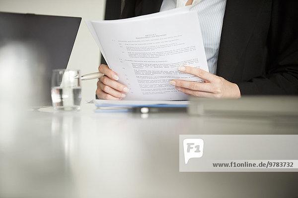 Executive Reviewing Dokument  beschnitten