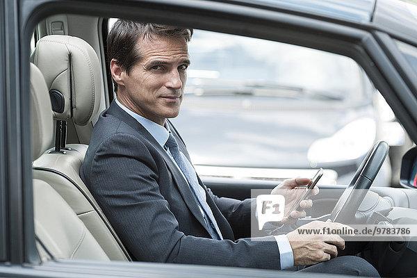 Mann beim Autofahren texten