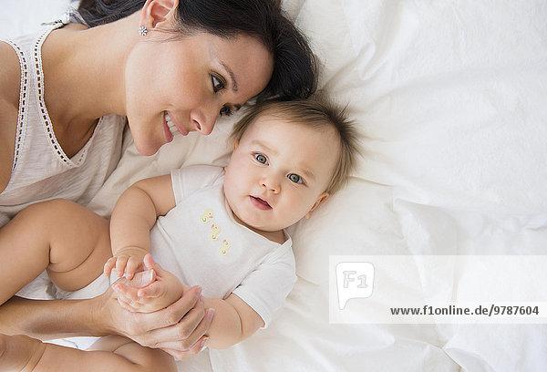 liegend liegen liegt liegendes liegender liegende daliegen über Bett mischen Ansicht Mutter - Mensch Baby Mixed