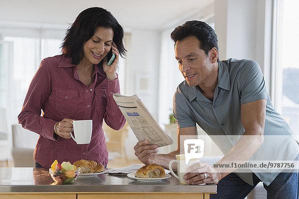 Handy sprechen Frühstück Zeitung vorlesen