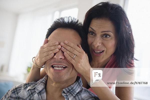 Frau bedecken Ehemann