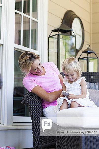 Handy benutzen Europäer Vordach Tochter Mutter - Mensch