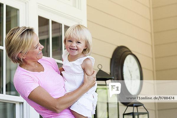 Europäer halten Vordach Tochter Mutter - Mensch