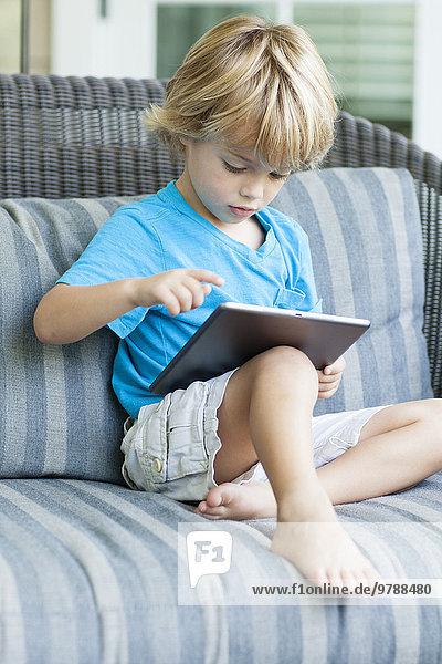benutzen Europäer Couch Junge - Person Tablet PC