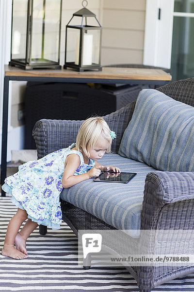 benutzen Europäer Couch Tablet PC Mädchen