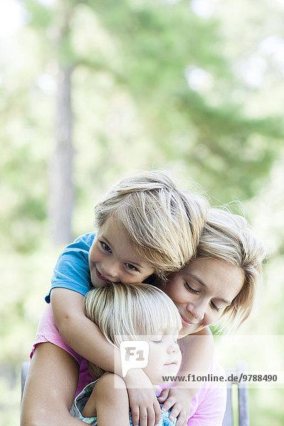 Außenaufnahme Europäer umarmen Mutter - Mensch freie Natur
