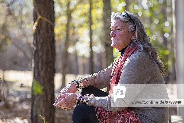 Außenaufnahme sitzend Europäer Frau alt freie Natur