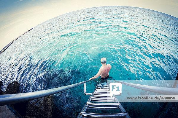 Fisheye Europäer Mann Leiter Leitern Ozean absteigen Ansicht Blendenfleck lens flare alt