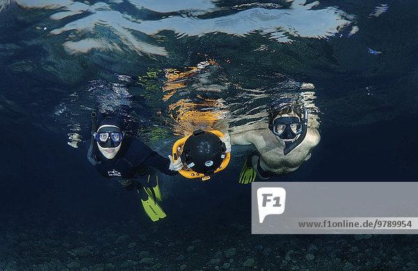 Freitaucher mit einem Unterwasser-Scooter  Nachttauchen im Roten Meer  Ägypten  Afrika
