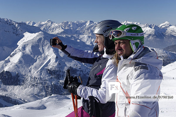 Skifahrer  Paar macht Selfie  Hochfügen im Zillertal  Tirol  Österreich  Europa