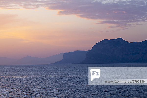 Sonnenaufgang über dem Tyrrhenischen Meer  Nordküste  Sizilien  Italien  Europa