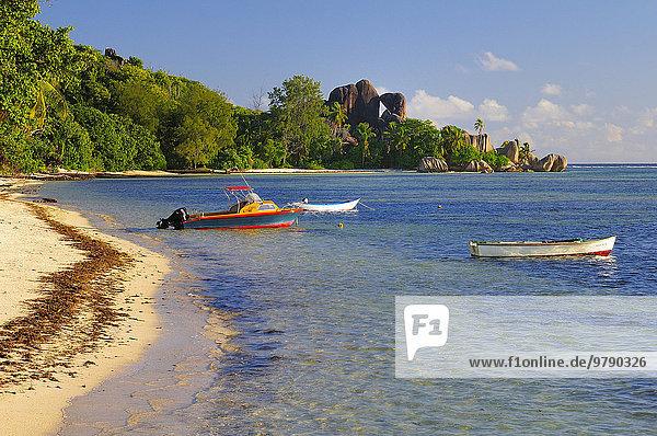 Boote im seichten Wasser am Strand Anse la Réunion  La Digue  Seychellen  Afrika