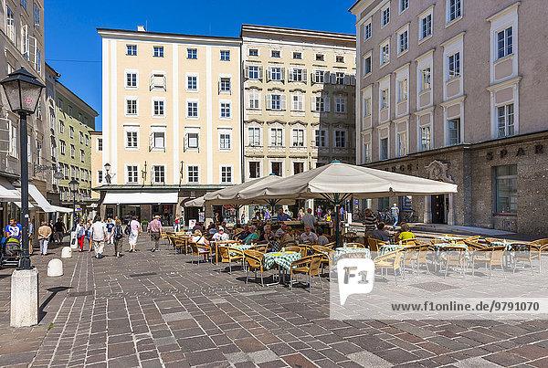 Alter Markt mit Marktbrunnen  auch Florianbrunnen  und Skulptur des heiligen Florian  Altstadt  UNESCO Welterbe  Salzburg  Österreich  Europa