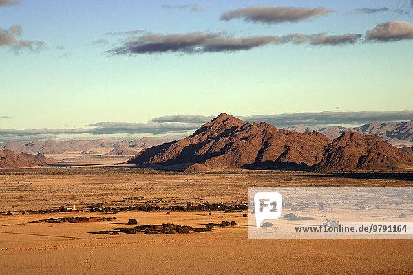 Ausblick von der Elim-Düne auf Grassteppe  Sesriem-Camp und Tsarisberge  Namib-Wüste  Namib Naukluft Park  Namibia  Afrika