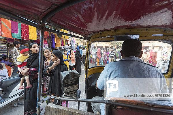 Auto-Rikscha-Fahrt durch belebte Straße  Jaipur  Rajasthan  Indien  Asien