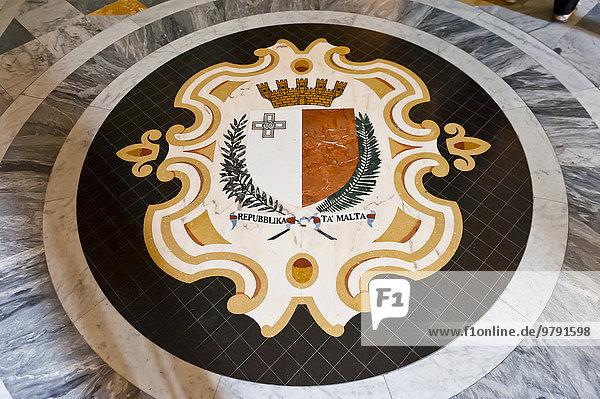 Weiß-rotes Wappen mit Kreuz der Republik Malta mit Inschrift Repubblika Ta' Malta  Marmor-Mosaik am Boden  Großmeisterpalast  Malteserorden  La Valletta  Malta  Europa