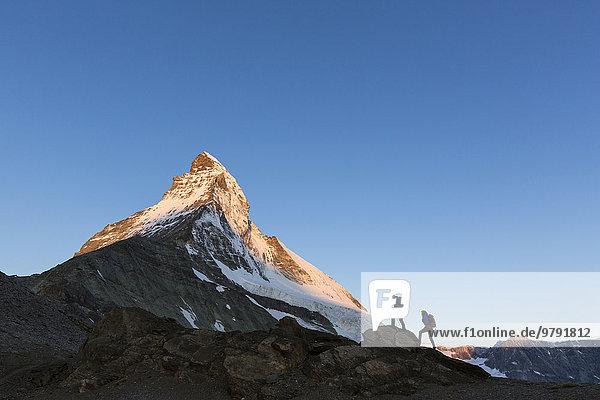 Zwei Bergsteiger am Aufstieg zum Matterhorn  Zermatt  Wallis  Schweiz  Europa