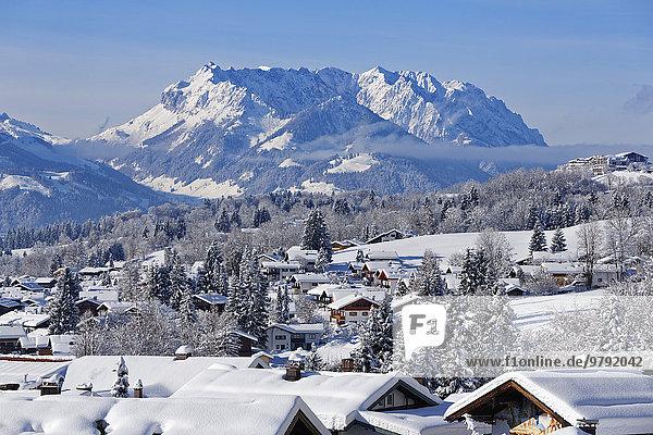 Ortsansicht im Winter  hinten das Kaisergebirge in Tirol  Reit im Winkl  Chiemgau  Oberbayern  Bayern  Deutschland  Europa
