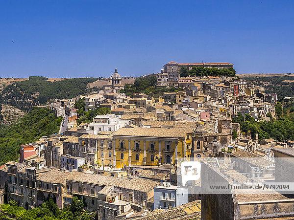 Stadtansicht  hinten links die Kirche Chiesa di San Giorgio  Ragusa Ibla  UNESCO-Weltkulturerbe  Val di Noto  Sizilien  Italien  Europa