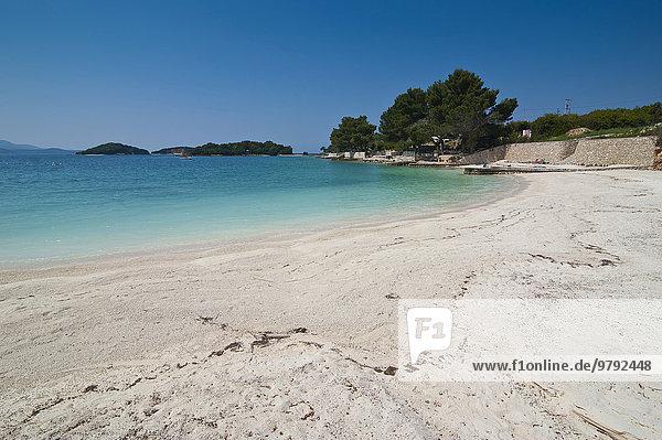 Weißer Sandstrand und türkisfarbenes Wasser  Ksamil  Albanien  Europa