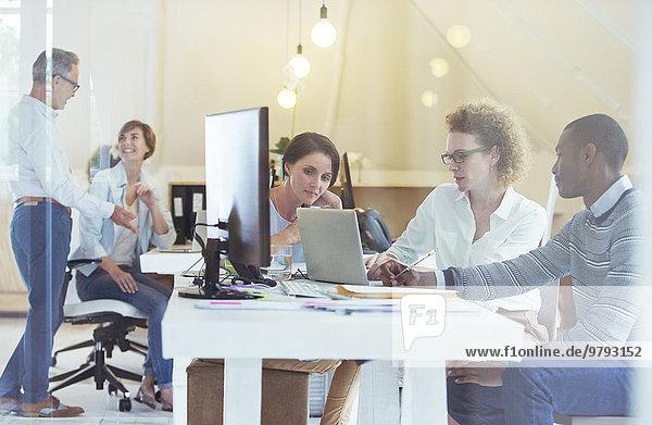 Gruppe von Büroangestellten bei der Arbeit