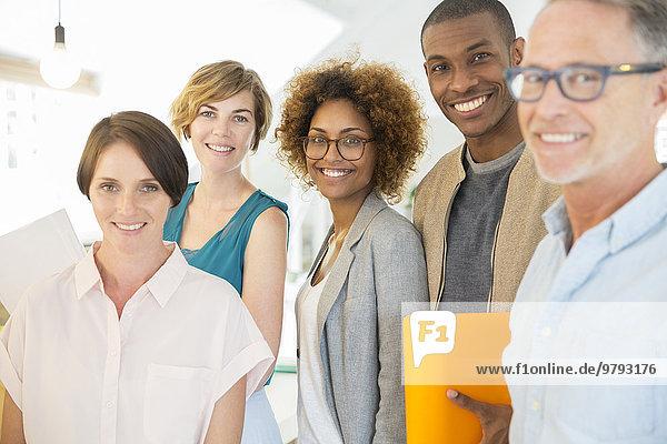 Gruppenporträt von lächelnden Büroangestellten