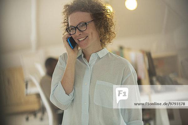 Porträt einer Frau am Telefon im Büro