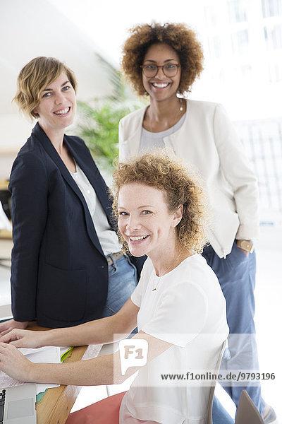 Porträt von drei Frauen im Amt  lächelnd