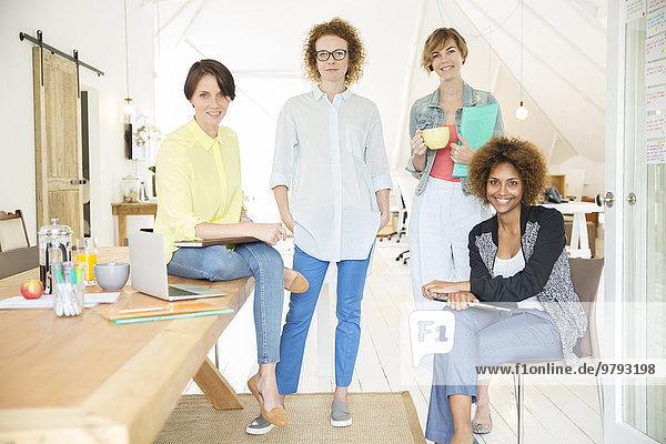Porträt des weiblichen Büroteams lächelnd im Büro
