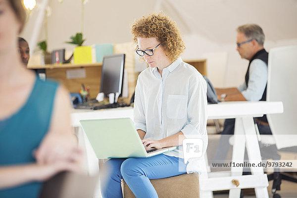 Frau und Mann sitzen und arbeiten im Büro