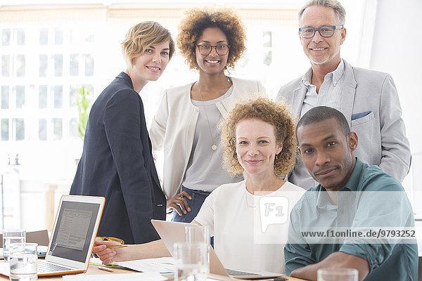 Porträt des lächelnden Büroteams im Konferenzraum
