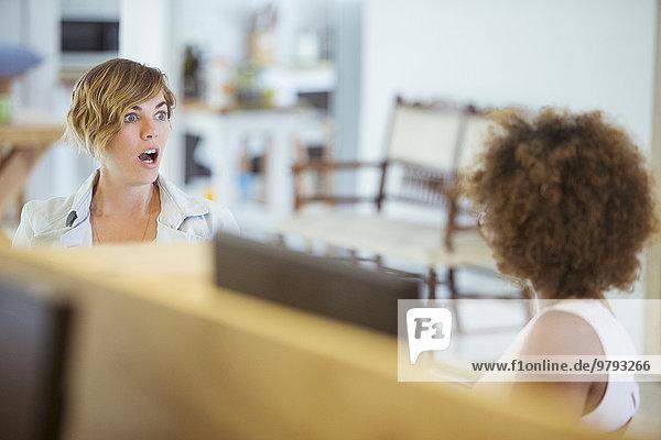 Weibliche Kollegen im Büro  die sich überrascht fühlen