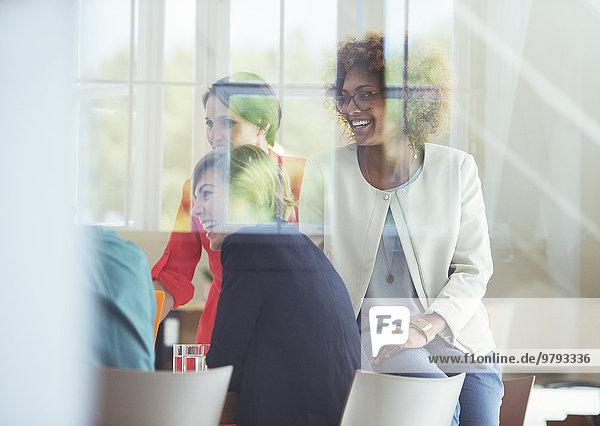 Gruppe von Büroangestellten im Gespräch am Schreibtisch