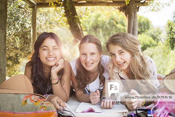 Drei Teenager-Mädchen haben im Sommer Spaß im Baumhaus