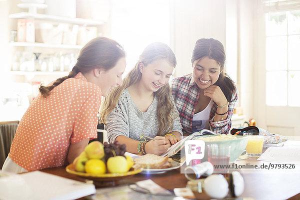 Drei Teenager-Mädchen lernen am Tisch im Esszimmer