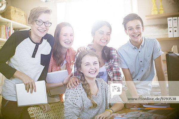 Gruppenportrait von lächelnden Teenagern zu Hause