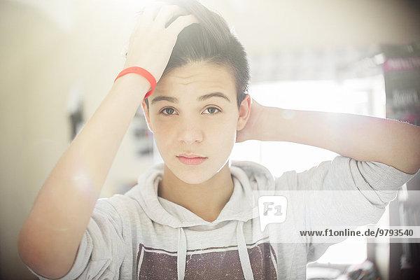 Porträt eines Teenagers mit Hand im Haar
