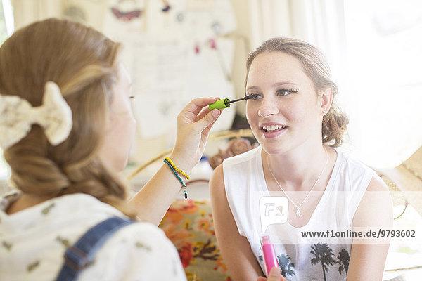 Teenager-Mädchen beim Augen-Make-up