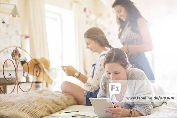 Drei Teenager-Mädchen entspannen sich im Schlafzimmer