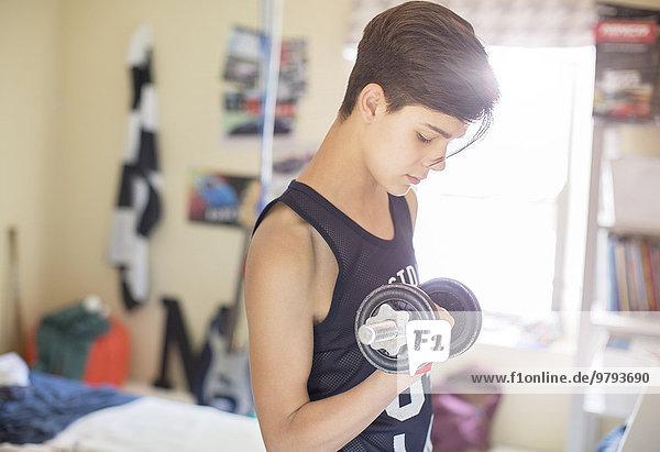 Teenager-Junge trainiert mit dummer Glocke