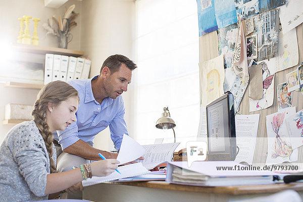 Vater hilft Teenager-Tochter bei ihren Hausaufgaben
