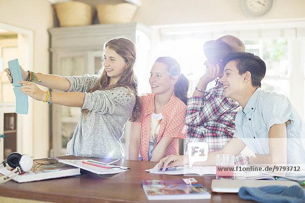 Gruppe von Teenagern  die Selfie im Esszimmer nehmen