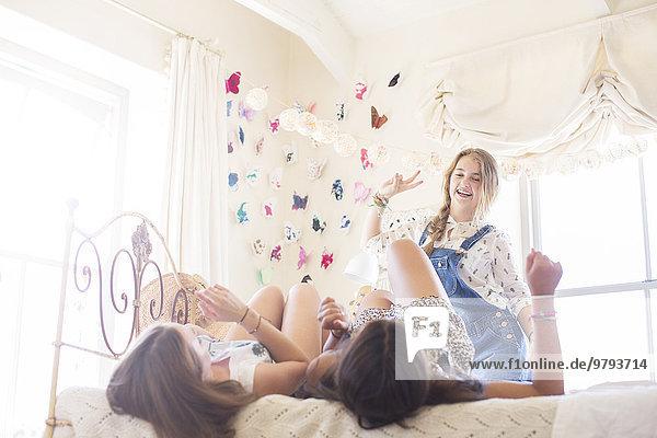 Drei Teenager-Mädchen spielen im Schlafzimmer