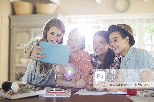 Jugendlicher,nehmen,lächeln,am Tisch essen,Zimmer